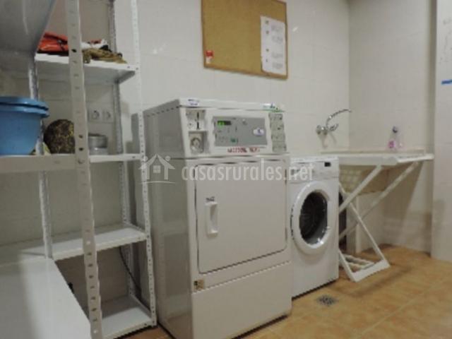 Sala de la lavadora con tendedero