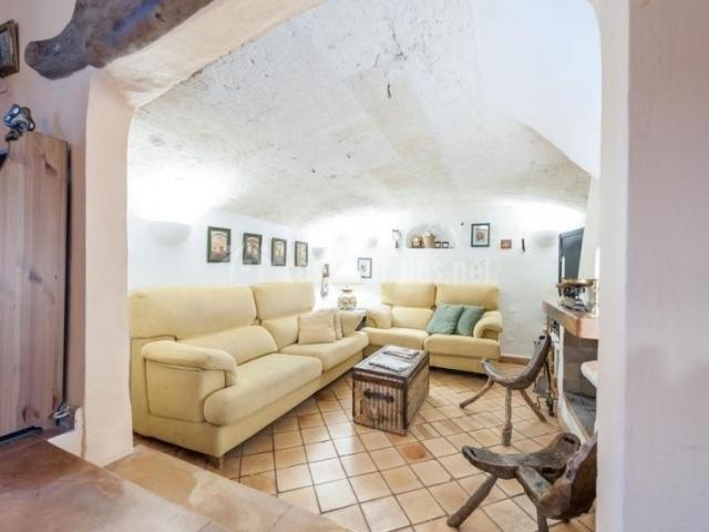 Sala de estar con sillones en tonos crema