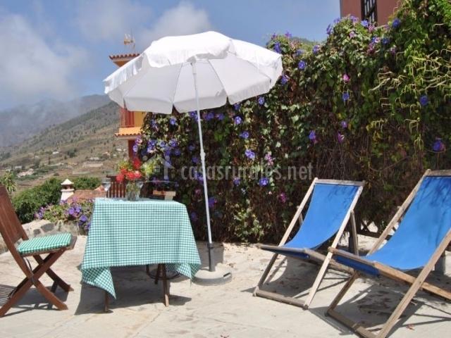 Acceso a la terraza con la sombrilla y tumbonas