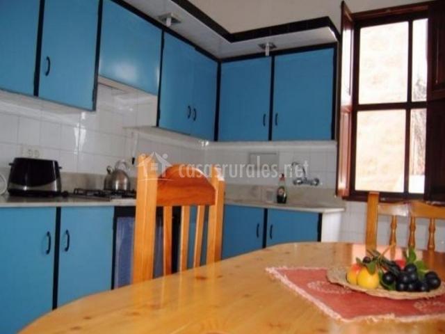 Cocina comedor en azul y negro