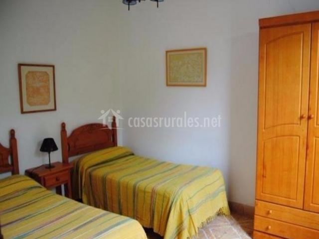 Dormitorio doble con colchas amarillas