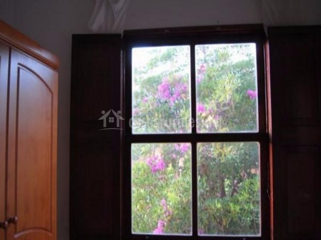 Dormitorio doble con detalle de la ventana