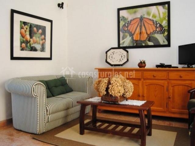 Sala de estar con sillones tapizados con rayas
