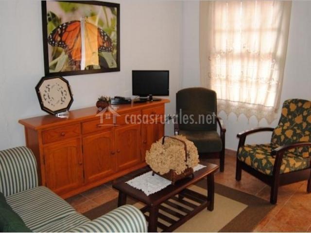 Sala de estar con televisor en el mueble alargado