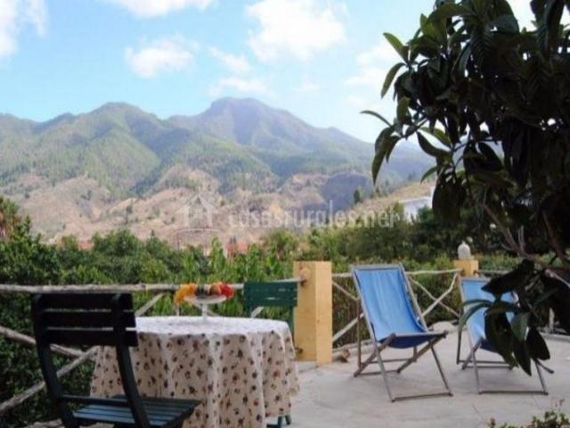 Vistas de la terraza con mesa redonda