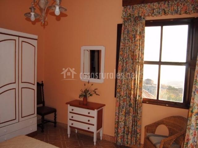 Dormitorio de matrimonio en naranja y blanco