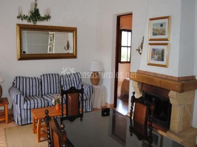 Sala de estar amplia con la chimenea en el lateral