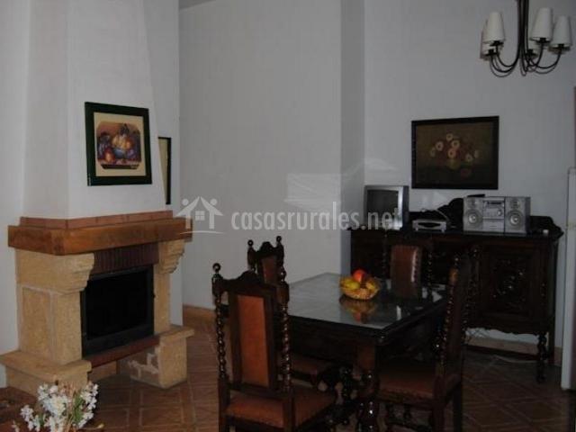 Sala de estar con chimenea en el frente decorada