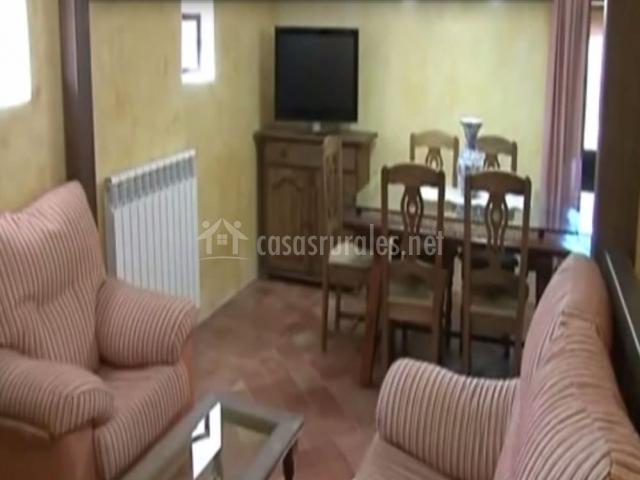 Salón con mesa y televisión