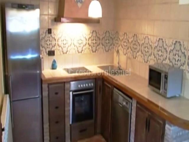 Cocina equipada con horno y microondas
