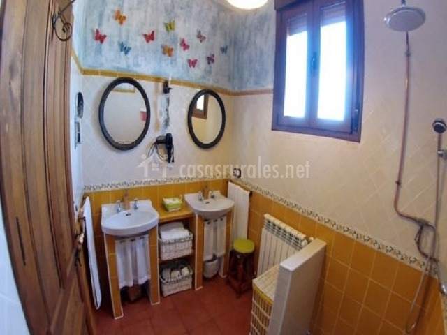 Cuarto de baño con dos lavabos