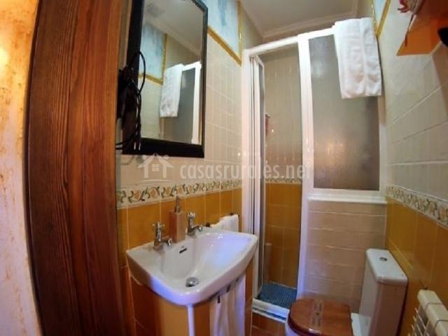 Cuarto de baño con ducha y mampara