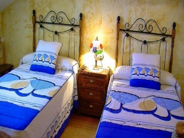 Dormitorio doble con pintura de estuco