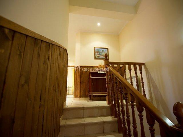 Escaleras con barandilla de madera de la casa rural