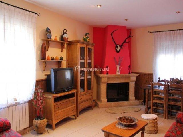 Chimenea y televisión en el salón de la casa rural manchega