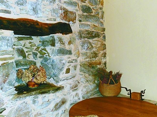 Pared de piedra vista en la casa rural
