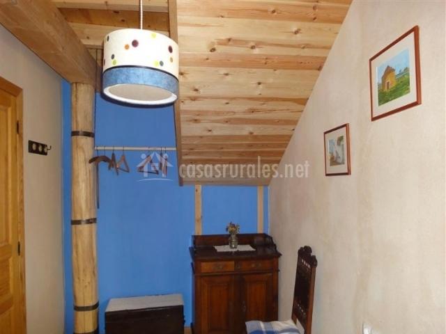 Salita de la casa rural con techo de madera