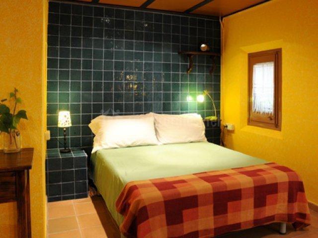 Habitación con pared amarilla