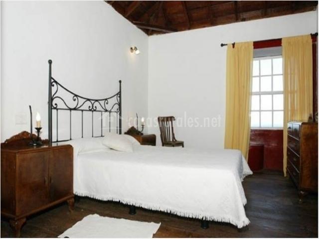 Dormitorio de matrimonio con vistas en la casa rural
