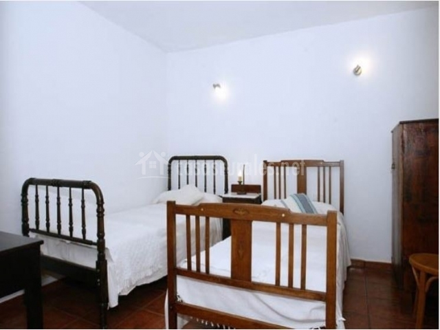 Dormitorio doble blanco de la casa rural