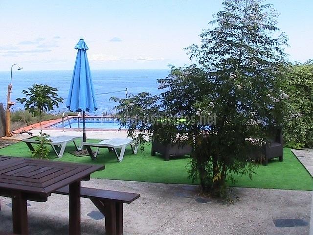 Sombrilla y espacio de la piscina.JPG
