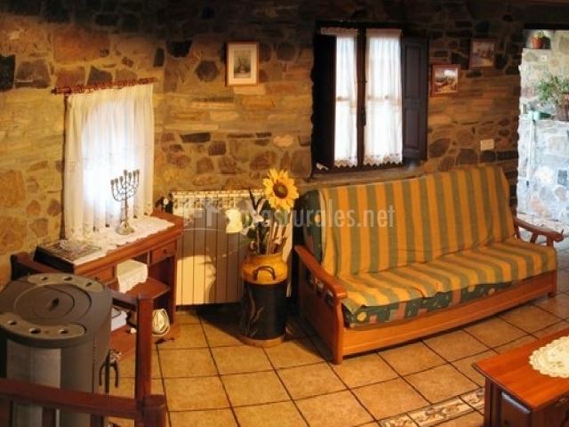 Salón con sofá y flores