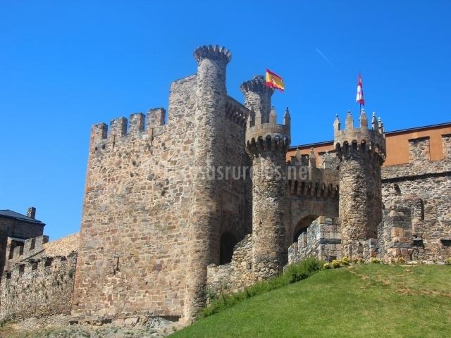 Castillo de Ponferrada, referencia para el camino de Santiago francés