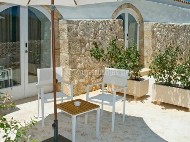 Bar con mesas en el exterior