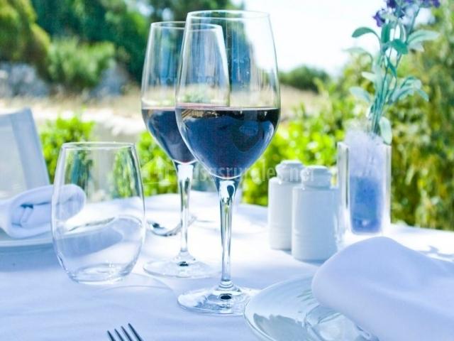 Restaurante con copa de vino