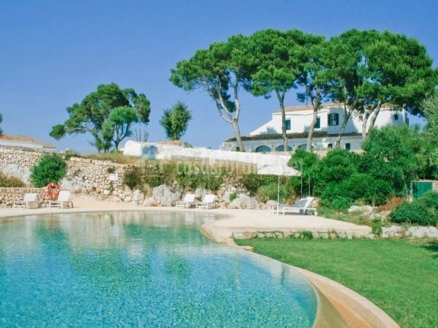 Vistas del hotel con piscina salada