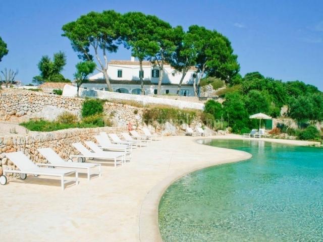 Vistas del hotel con piscina y hamacas