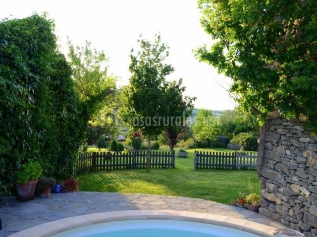 Jardin y piscina de la casa rural