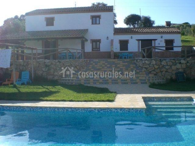 Fachada de las casas y piscina junto al jardín