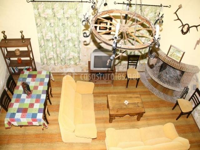 Salón comedor con chimenea y televisor visto desde arriba