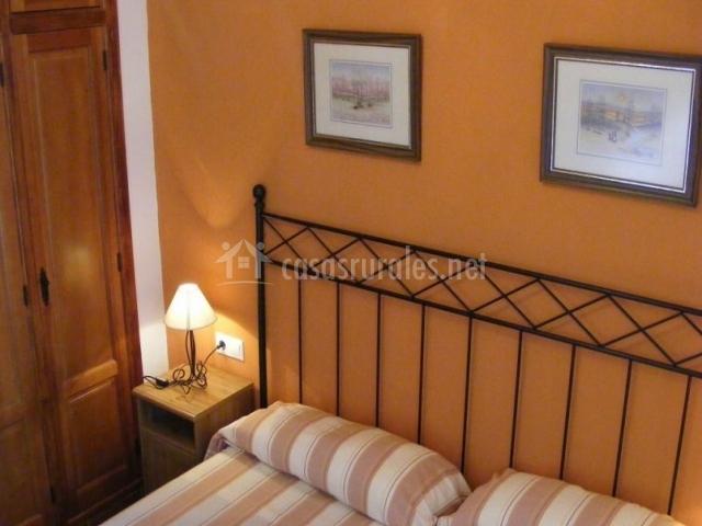 Dormitorio doble en color naranja con mesilla
