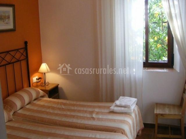 Dormitorio doble en color naranja