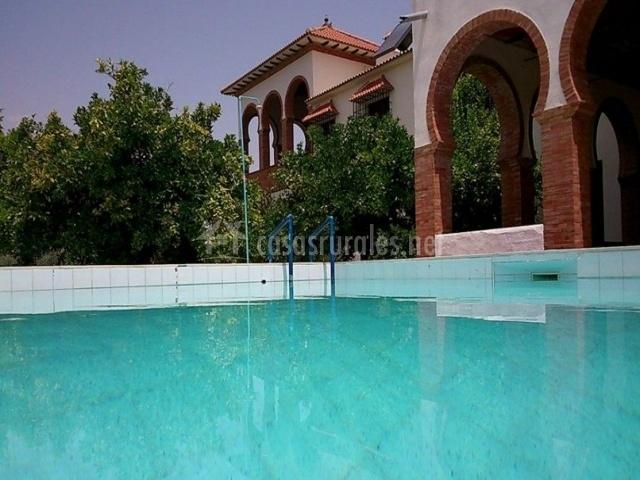 Vistas de la piscina con la fachada