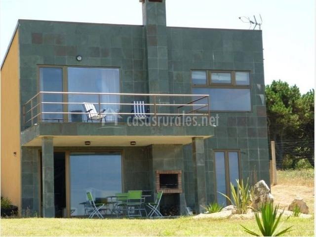Fachada de la casa rural con grandes ventanales