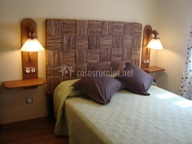 Dormitorio de matrimonio con bonito cabecero