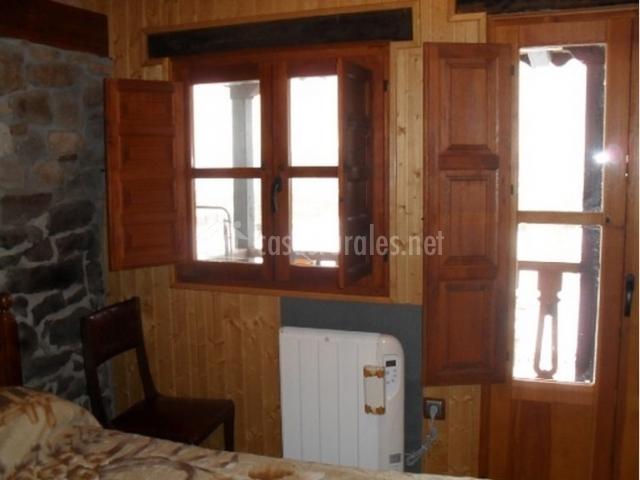 Ventanas de madera y radiador de dormitorio doble