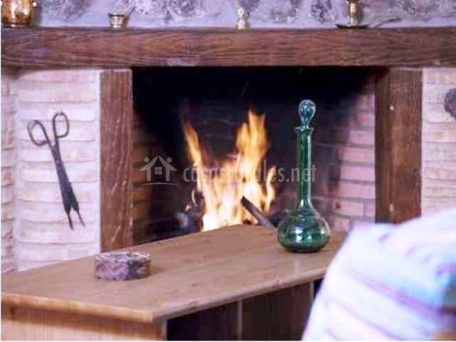 Detalle de la chimenea y los adornos de la mesa