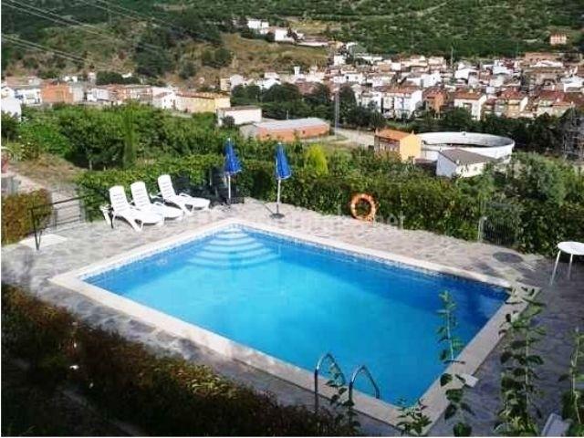 piscina exterior vista desde el interior de la casa