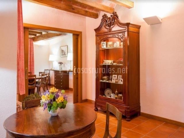 Comedor con mesa redonda y vitrina en madera