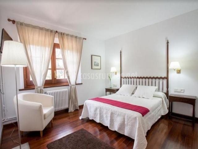 Dormitorio doble con manta de color fucsia
