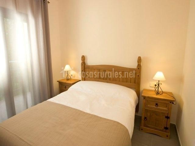 Dormitorio con bonito cabecero en madera