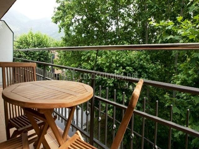 Terraza con mesitas de madera