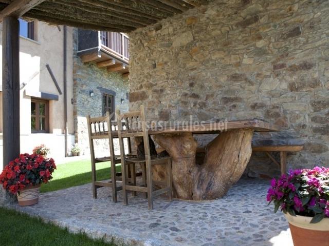 Mesa de madera en el jardín