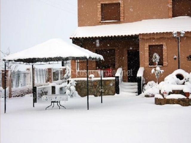 Fachada nevada de la casa