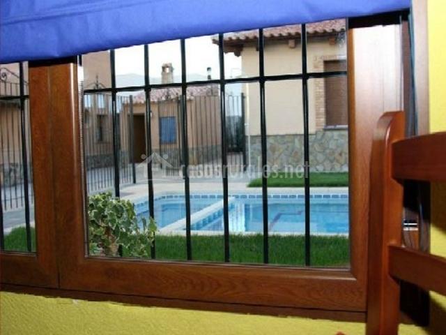 Vistas a la piscina desde el salón