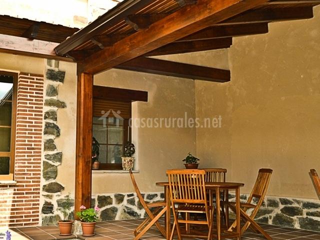 Mesa y sillas bajo un porche